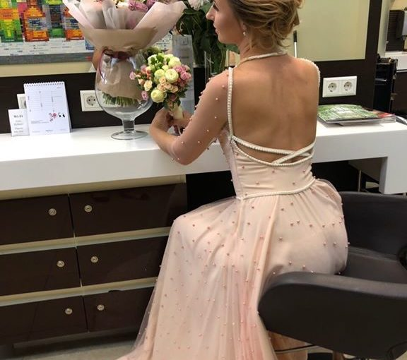 Ніжна та красива наречена обрала для довершення свого образу весільну зачіску та...